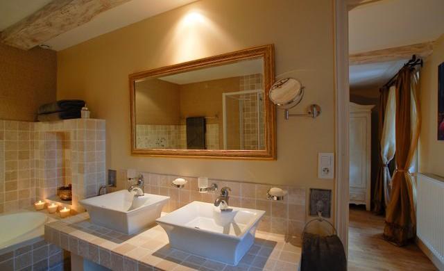 Melisse apartment bathroom